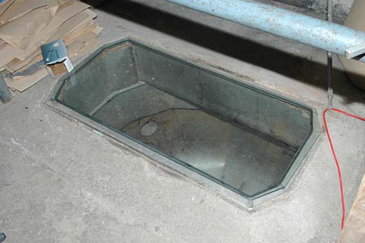 """Pullper i gulvet med volum på ca. 2 kbm. Denne er anlagt i """"nyere tid"""" for å bløte opp igjen vrakpapir, og bløte opp ferdig innkjøpt cellulose, etter at Klevfos sluttet å koke egen cellulose i 1970. Denne er nå dekket med glass, for å unngå fallulykker på museèt.  Løten. Ådalsbruk."""