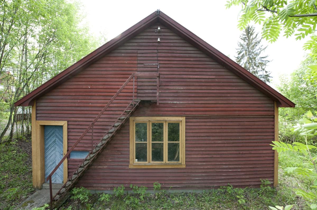 Bygningen er panelt utvendig og innvendig. Den har en etasje med stort loft over. Den er innvendig delt i en smiedel og et noe mindre snekkerverksted. Murt esse med brannmur utgjør en del av skilleveggen mot snekkerverkstedet. Begge rommene har panelt himling. Smiedelen har port med to portblad som kan skyves til side. Det er åpning inn til snekkerverkstedet med skyvedør med to dørblader. Dette har også inngang fra en dør i østgavlen. Til loftet er det utvendig trapp på østgavlen. Bygningen har seks store vinduer og fire? mindre loftsvinduer. Den har saltak med bølgeblikkplater. Utenfor smia var det fram til slutten av 1950-tallet ei såkalt hestebinding, som ble brukt når man skulle sko hester. En slik hestebinding ble rekonstruert ved oppføringen på museet.