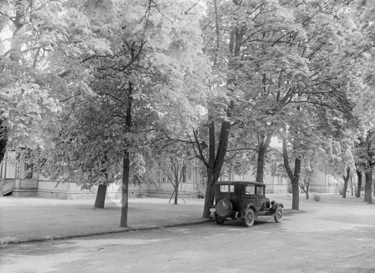 Parkerad bil i parken F 3 Malmen.  Miljöbild.