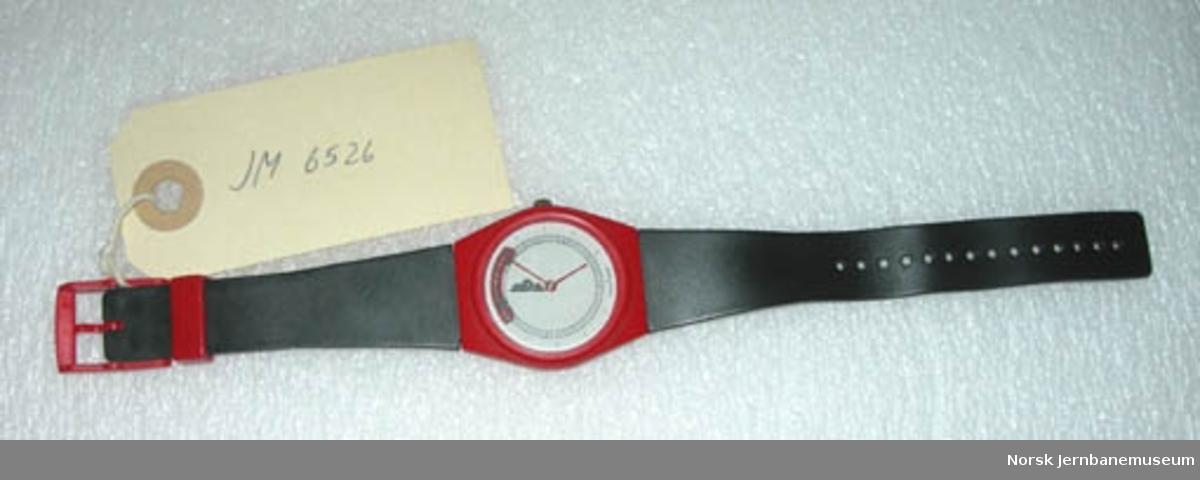 Armbåndsur med tegning av motorvogn fra NSB type 70 på glasset