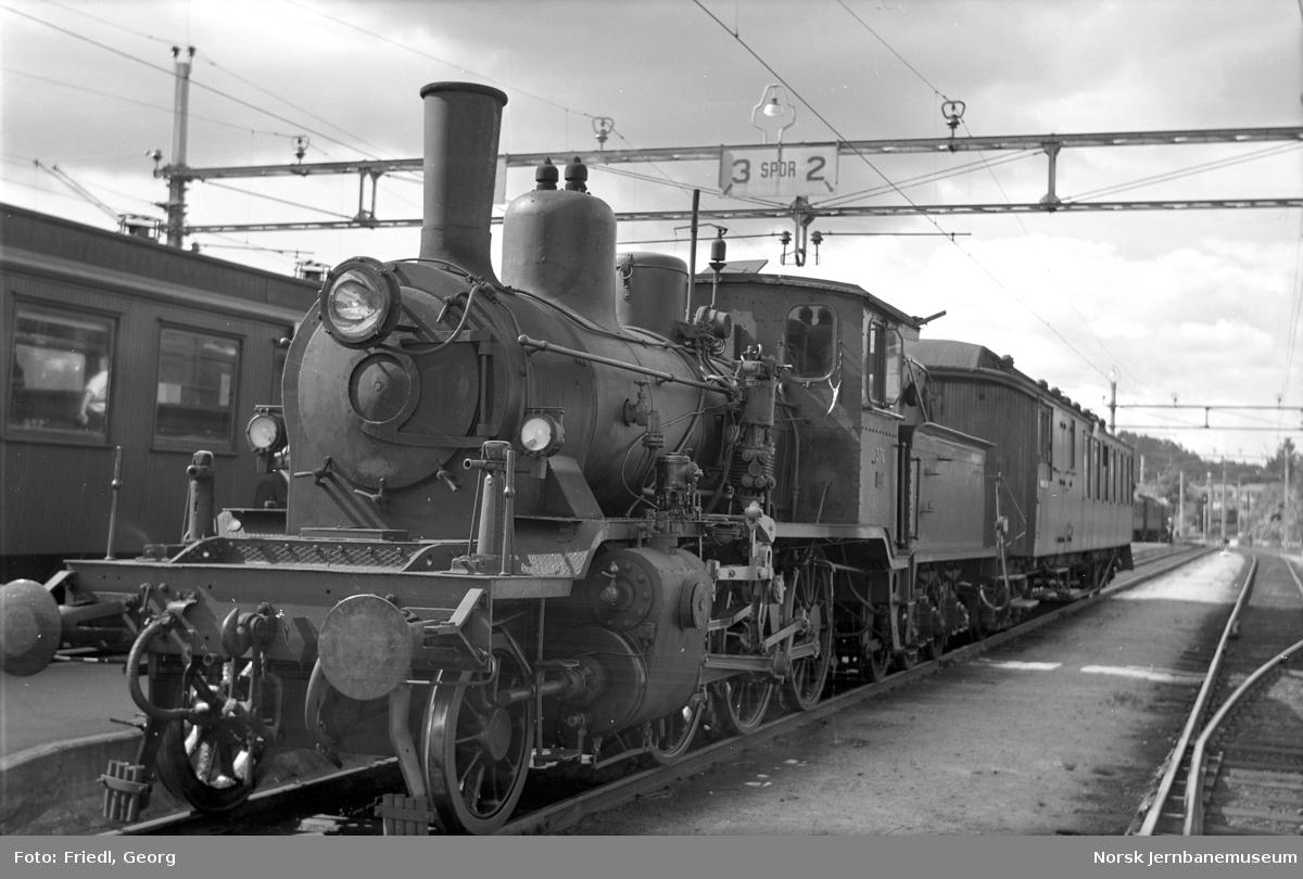 Damplokomotiv type 21c nr. 376 foran persontog fra Kragerø på Neslandsvatn stasjon