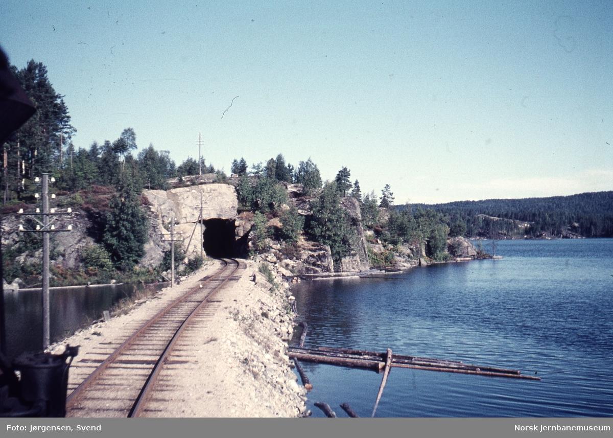 Utsikt fremover fra lokomotivet i godstog 5661, nordover mot Gåseflå tunnel