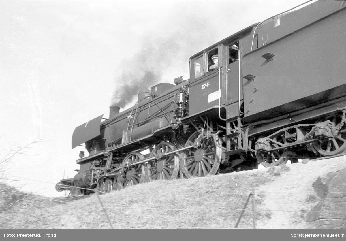 Damplokomotiv type 30a nr. 274 i passerende tog ved Buenget