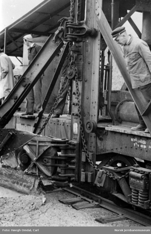 Kabelgraving med innlånt svensk skinnegående kabelgravemaskin