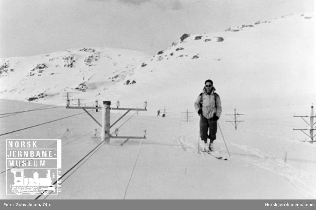 Inspektør Kalland på ski øst for Hallingskeid, hvor snøen er i høyde med telefonledningene