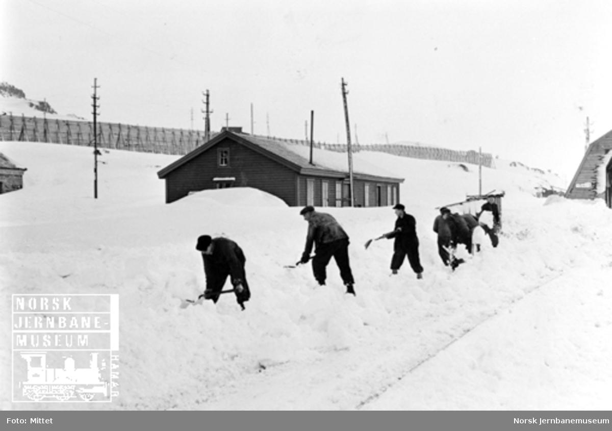 En gjeng snømåkere på Finse stasjon
