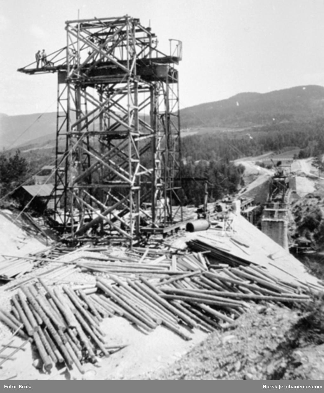 Sauerelven bru, montering av jernbanens løpekran på sørenden