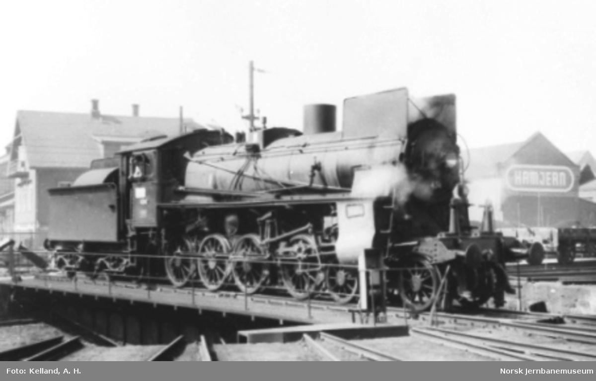 Damplokomotiv type 26c nr. 434 på svingskiven