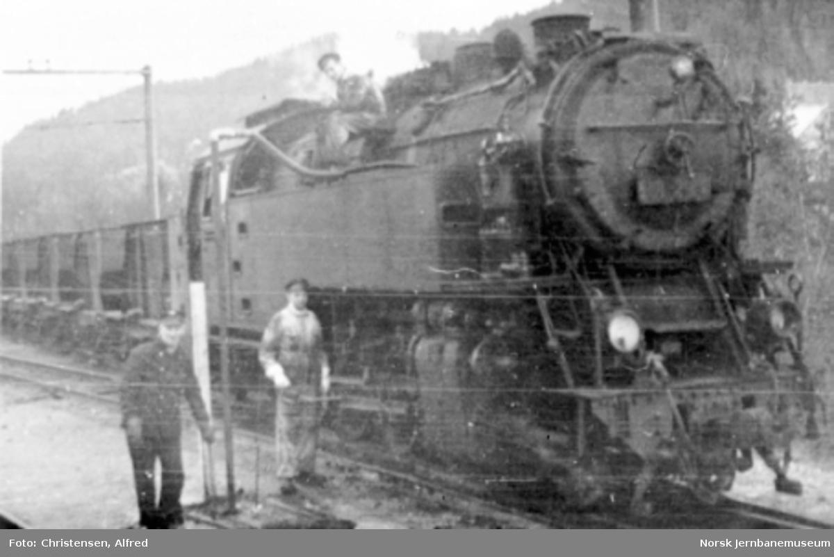 Et av Thamshavnsbanens tikoblede damplokomotiver med kistog