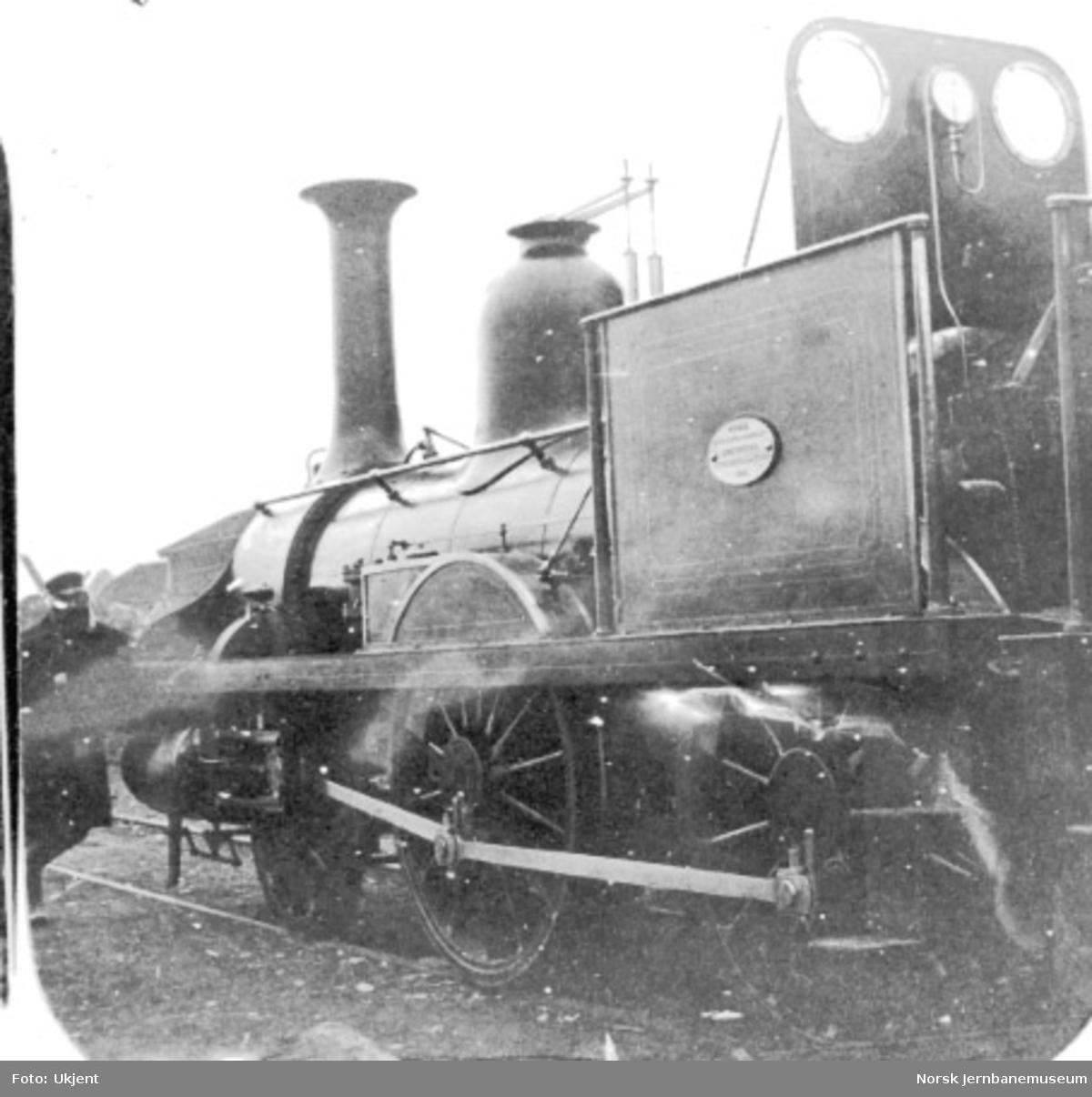 Kongsvingerbanens lokomotiv type 2a nr. 4 (senere nr. 16), fotografert på skrått bakfra slik at vi ser lokomotivet fra førerhytta og fremover