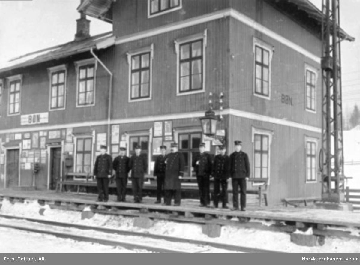 Personalet oppstilt på perrongen foran Bøn stasjonsbygning