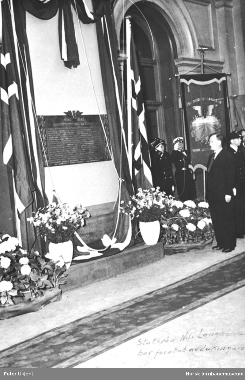 Statsråd Nils Langhelle avduker minnetavle over falne NSB-ansatte under 2. verdenskrig
