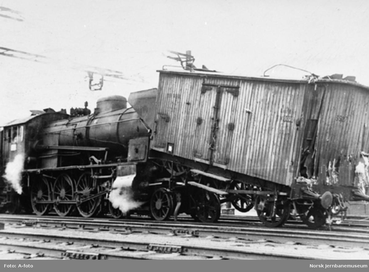 Ødelagt kjølevogn litra Hv etter påkjørsel av et damplokomotiv