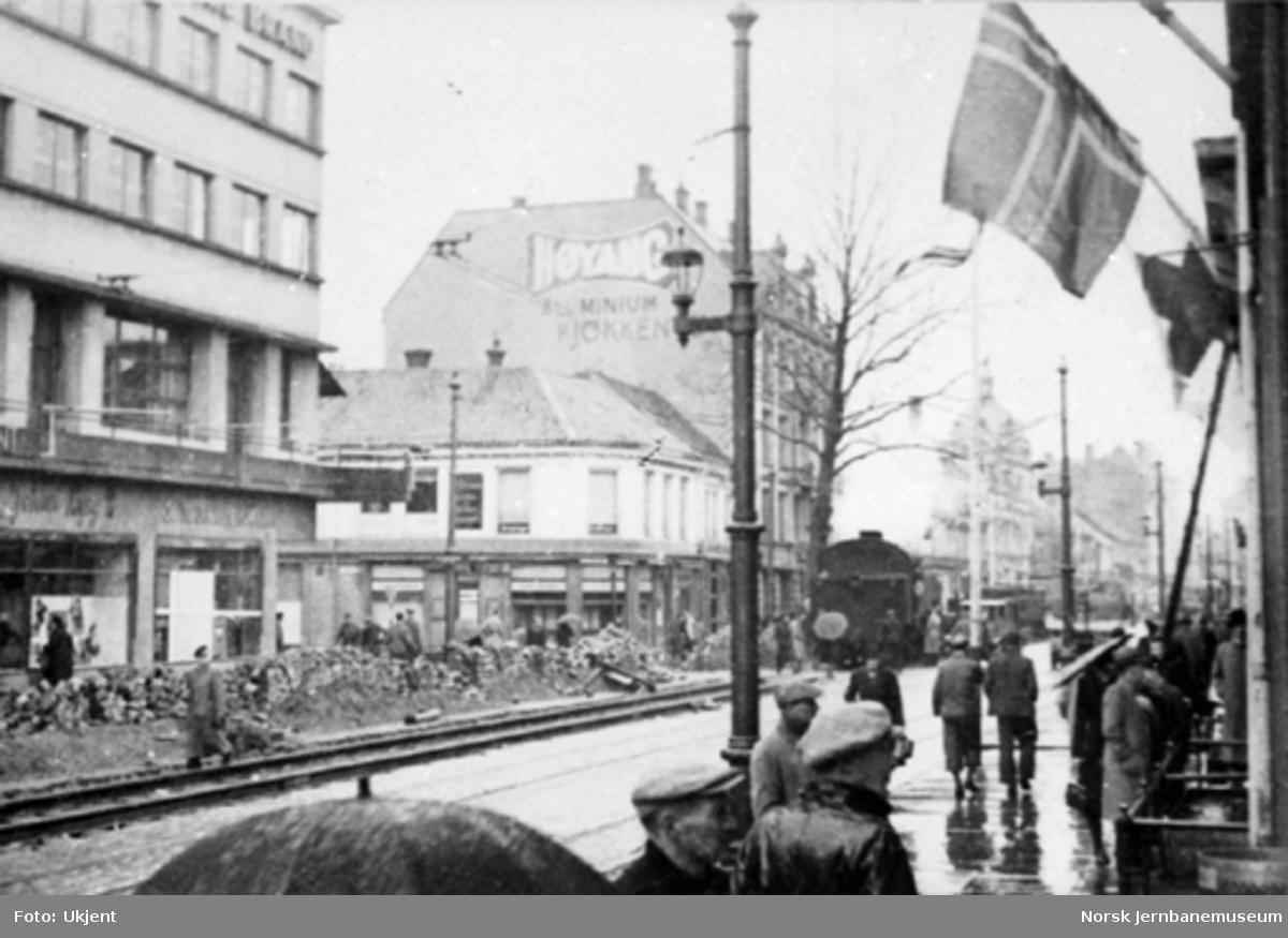 Tog i bygatene i Trondheim under 2. verdenskrig