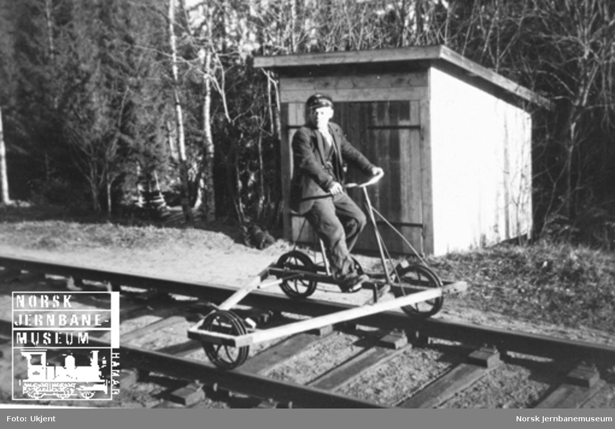 Banevokter Hans Christian Skogsrud på sin dresin ved Kutjern