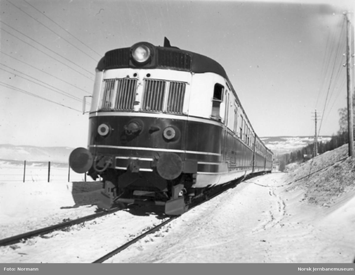 Ekspresstogsett type 88 sør for Lillehammer med CEmdo-vognen bakerst (mot fotografen)