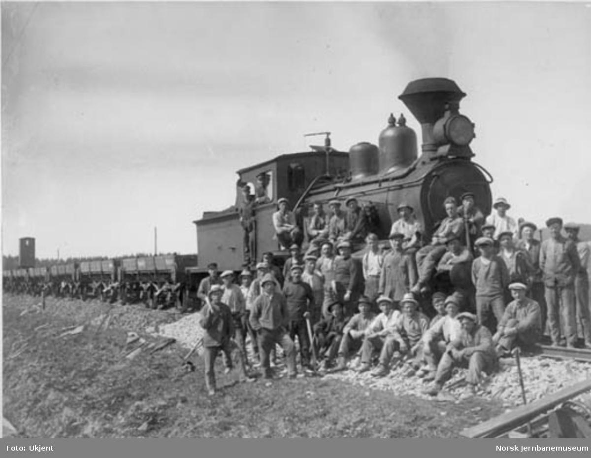 Grusmannskapet på Sunnan-Grongbanen, fotografert foran damplokomotiv nr. 204 ved Halsetenga