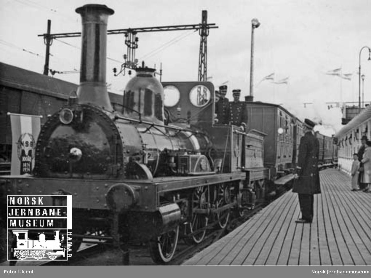 "Damplokomotivet ""Caroline"", type 2a nr. 17, med tog på jubileumsutstillingen"