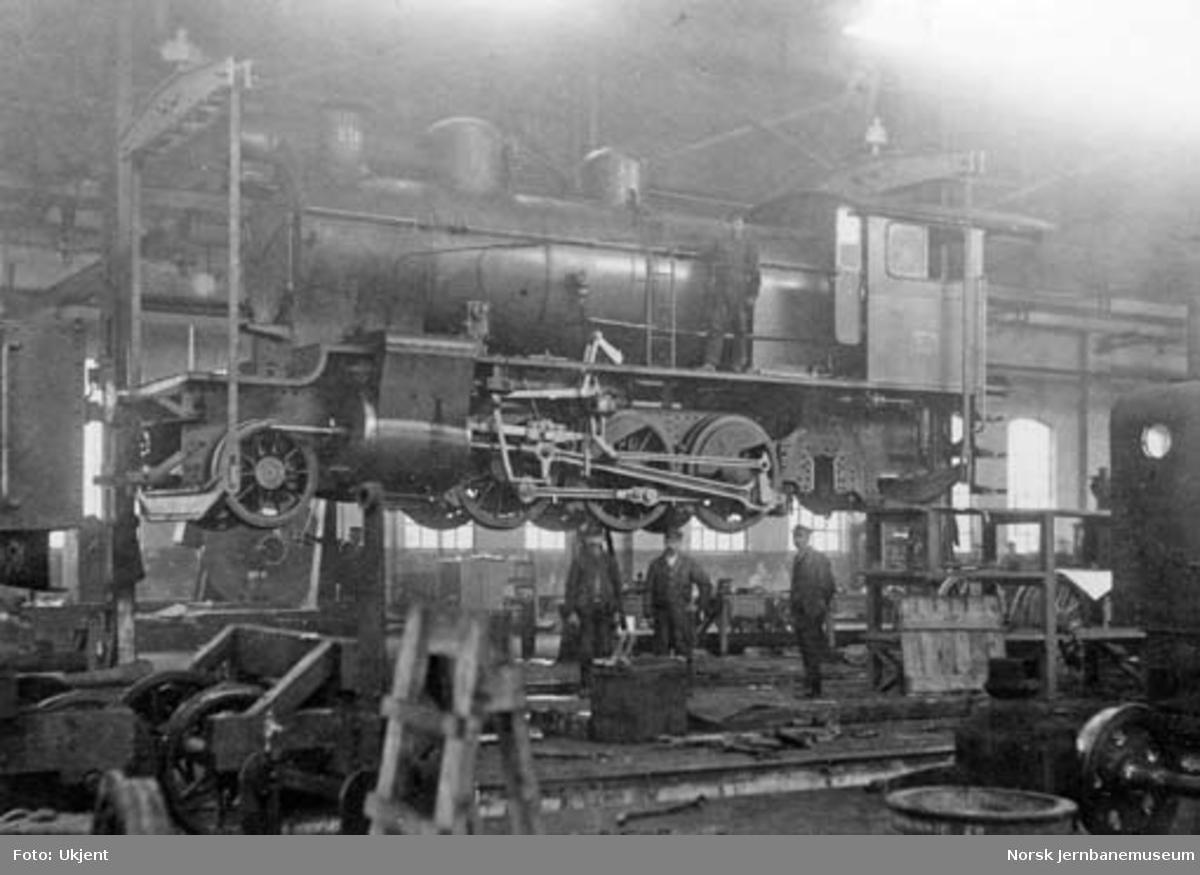 Damplokomotiv type 24a nr. 210 i kran på verkstedet Sundland