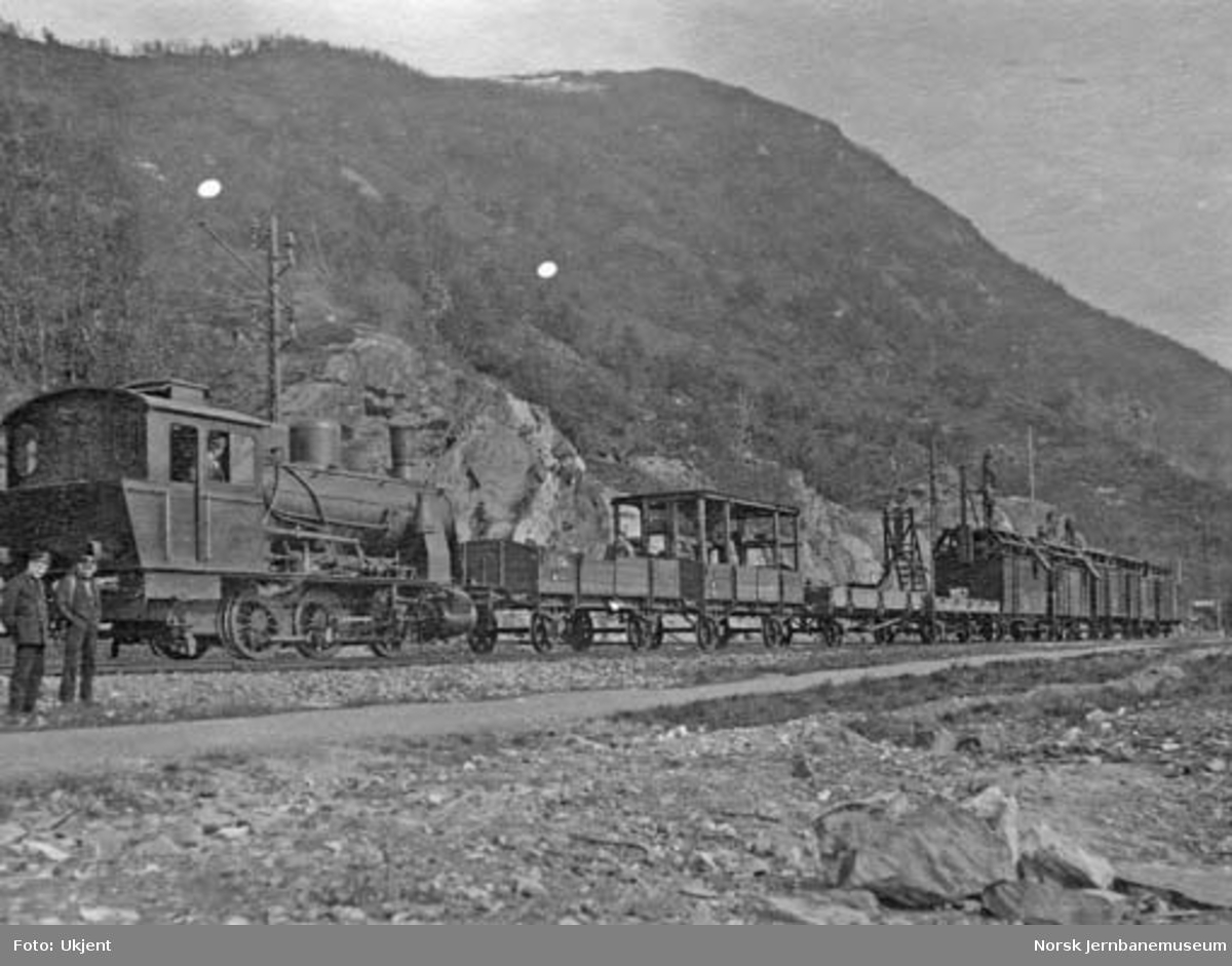 Damplokomotiv type 36a nr. 410 med montasjetog på Ofotbanen