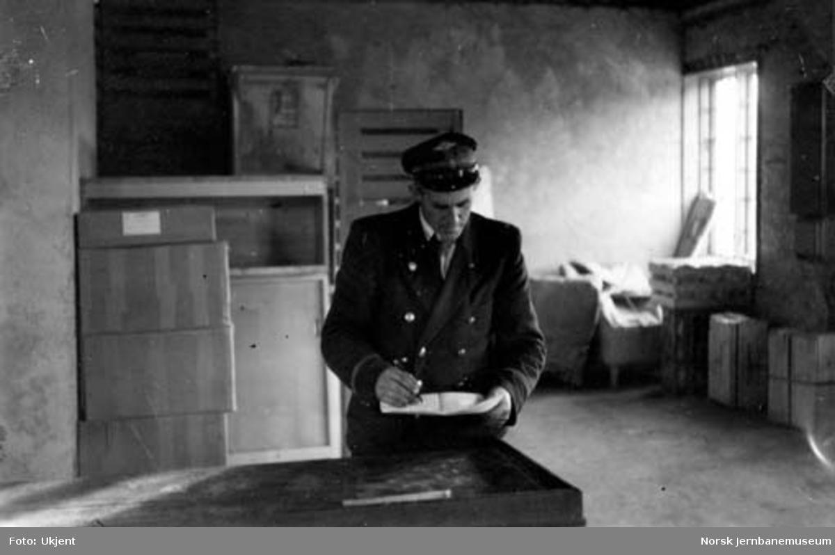 Namsos stasjon : stasjonsformann Thorvald Gillesen krysser ut gods til dampskip