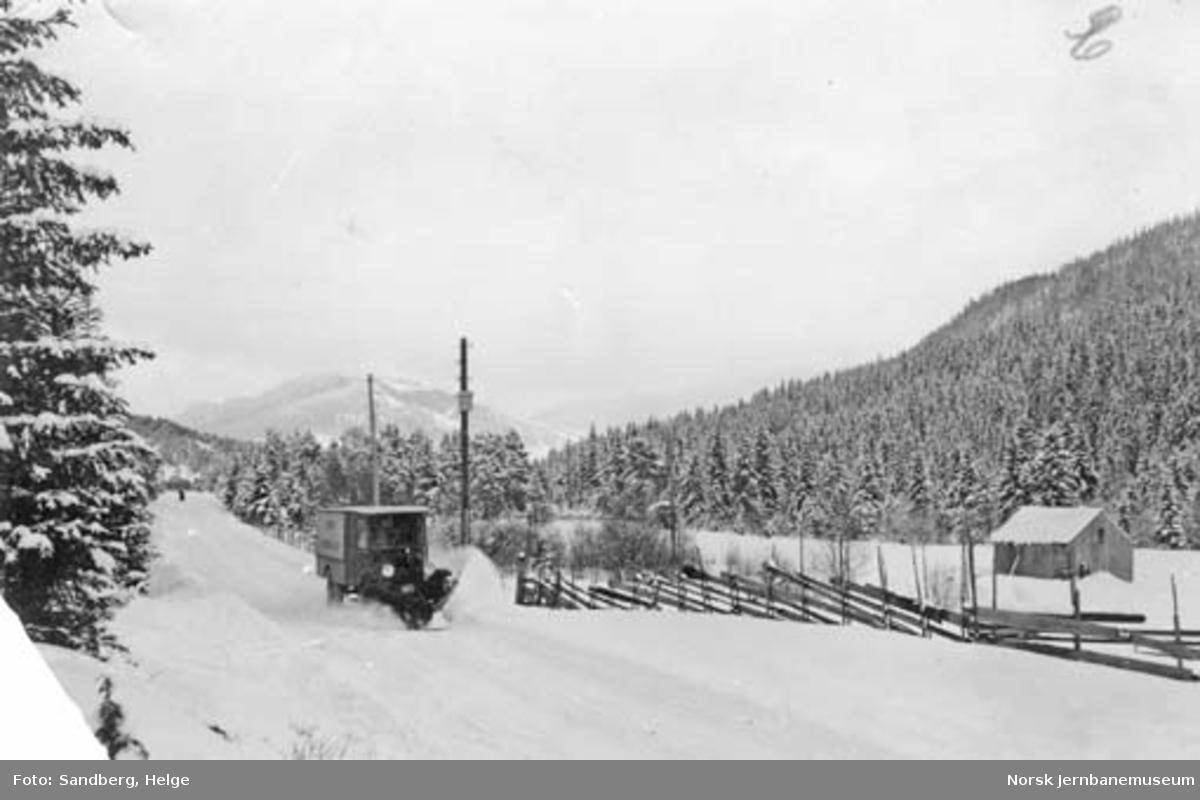 Selburutens godsbil med snøplog under snørydding