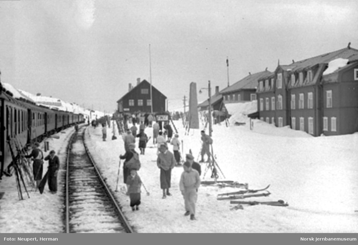 Et langt persontog fra Bergen er ankommet Finse stasjon, utlasting pågår