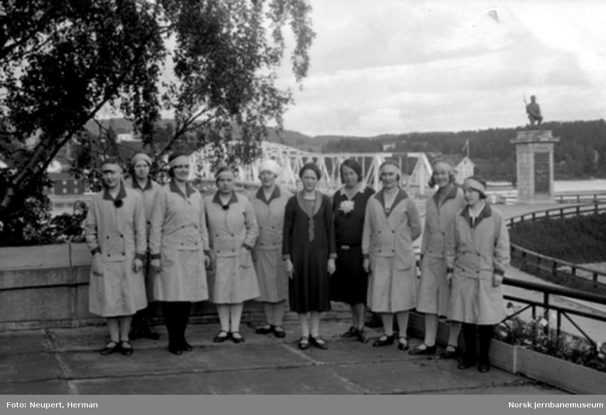 Damer på tur, fotografert på Eidsvoll stasjon