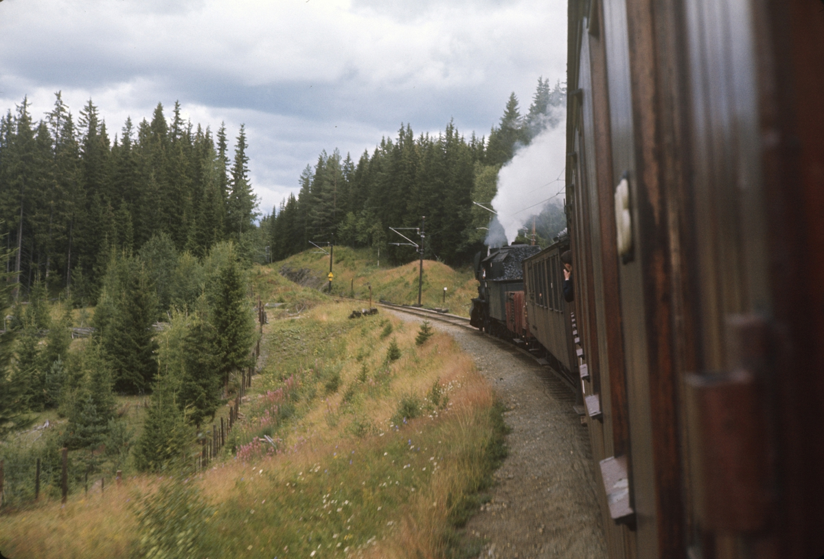 A/L Hølandsbanens veterantog til Skreia underveis mellom Eina og Reinsvoll