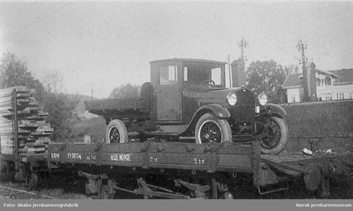 Lastebil til Stormoen, Rjukan, opplastet på jernbanevogn litra N nr. 1844