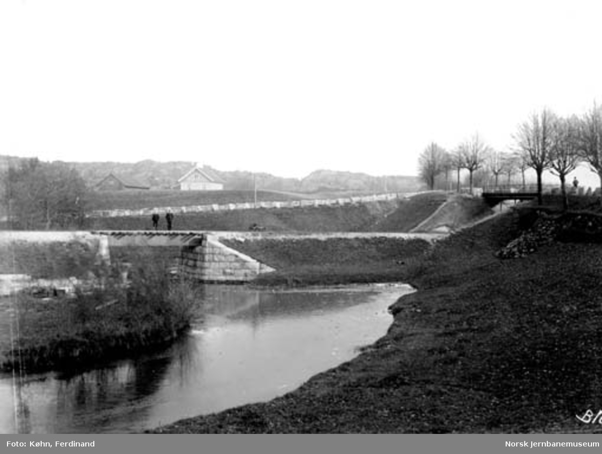Natmannsbekken bru II til venstre og Grimsbroen (vegbru) til høyre