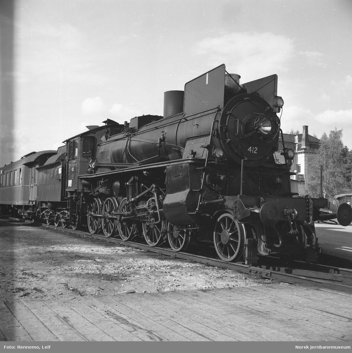 Damplokomotiv type 26c nr. 412 foran Rørosbanens dagtog på Elverum stasjon