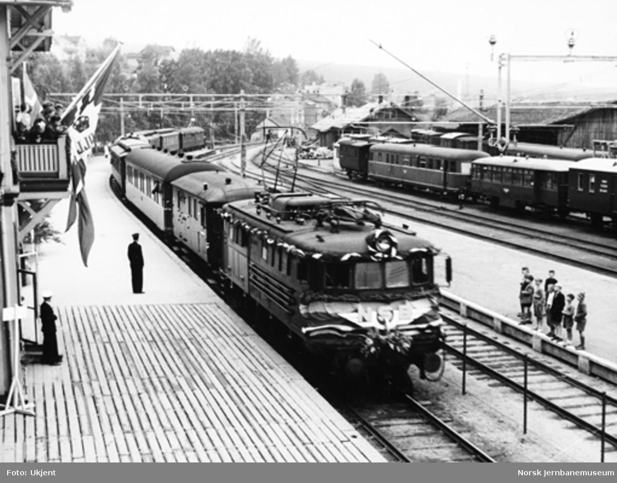 Åpningstoget for Kongsvingerbanens elektrifisering ankommer Kongsvinger stasjon