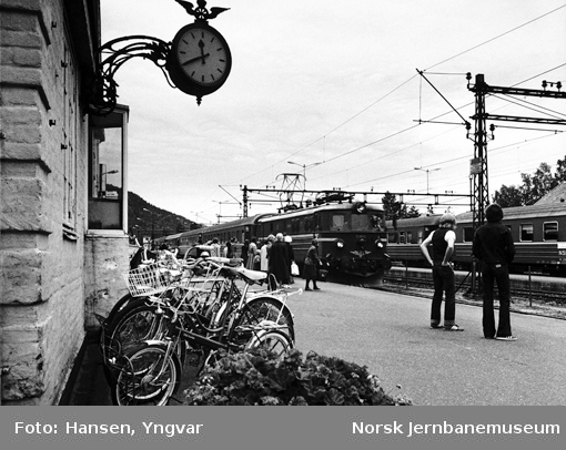 """Kongsberg stasjon med reisende og ankommende """"Sørlandsekspressen"""""""