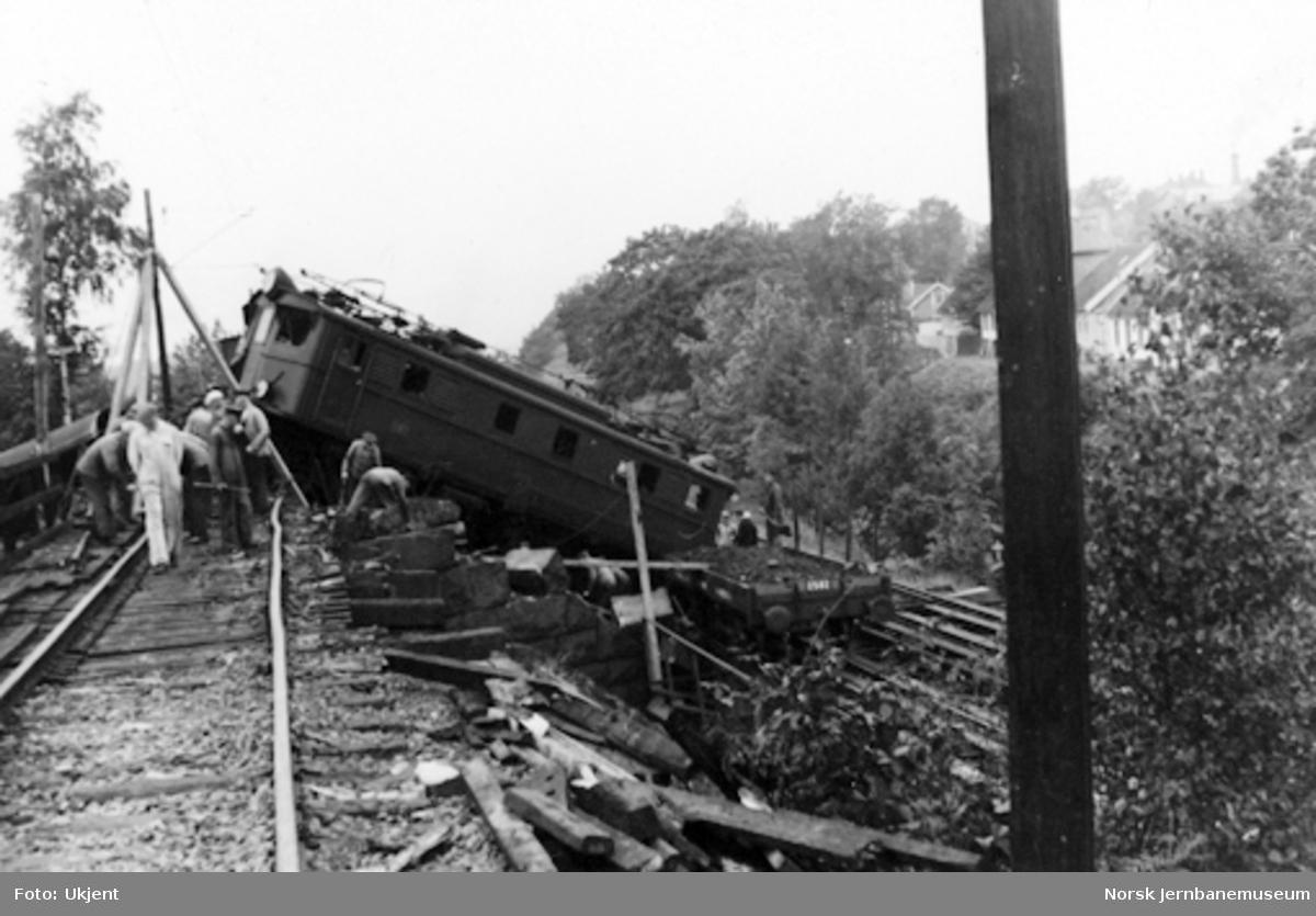 Avsporing med elektrisk lokomotiv type El 5 nr. 2051 etter hjemmefrontens sprenging av linjen ved Kværner, km 2,2 Loenga-Alnabru