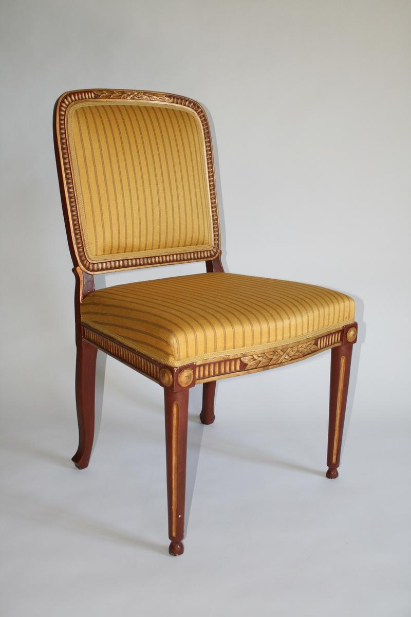 Stol med trukket sete og rygg. Malt i en rødbrun farge med forgylt staffering. Maling og stoltrekk er sekundær. Louis XVI.