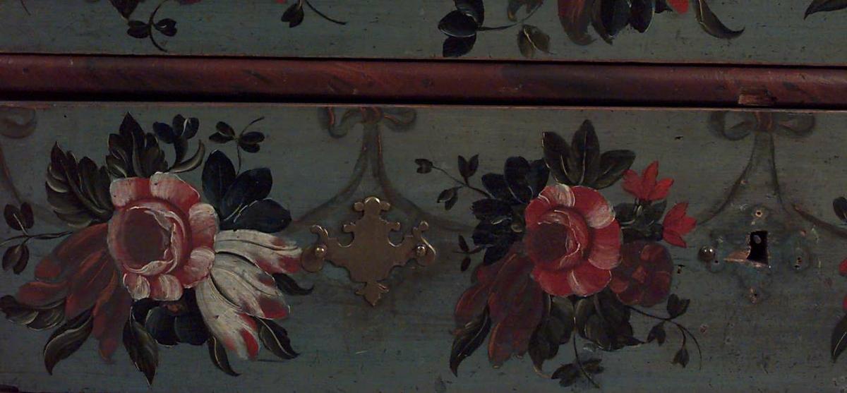 Malt av Peder Aadnes (1739-1792) fra Søndre Land, bygdemaler med noe profesjonell utdanning. Hans stil var rokokko, og som en av 1700-tallets ledende norske malere påvirket han mange bygdemalere på Østlandet.