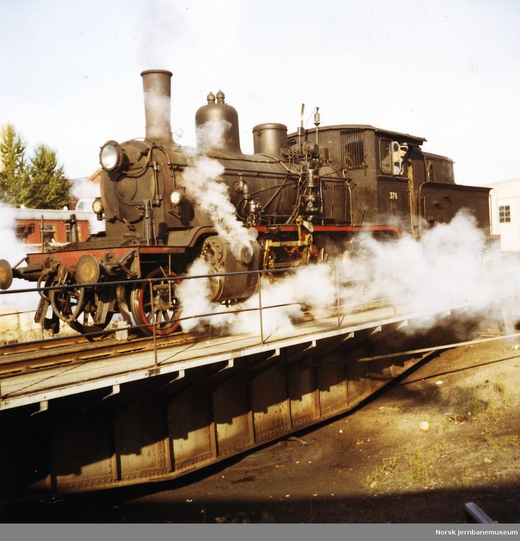 Damplokomotiv type 21c nr. 376 på svingskive