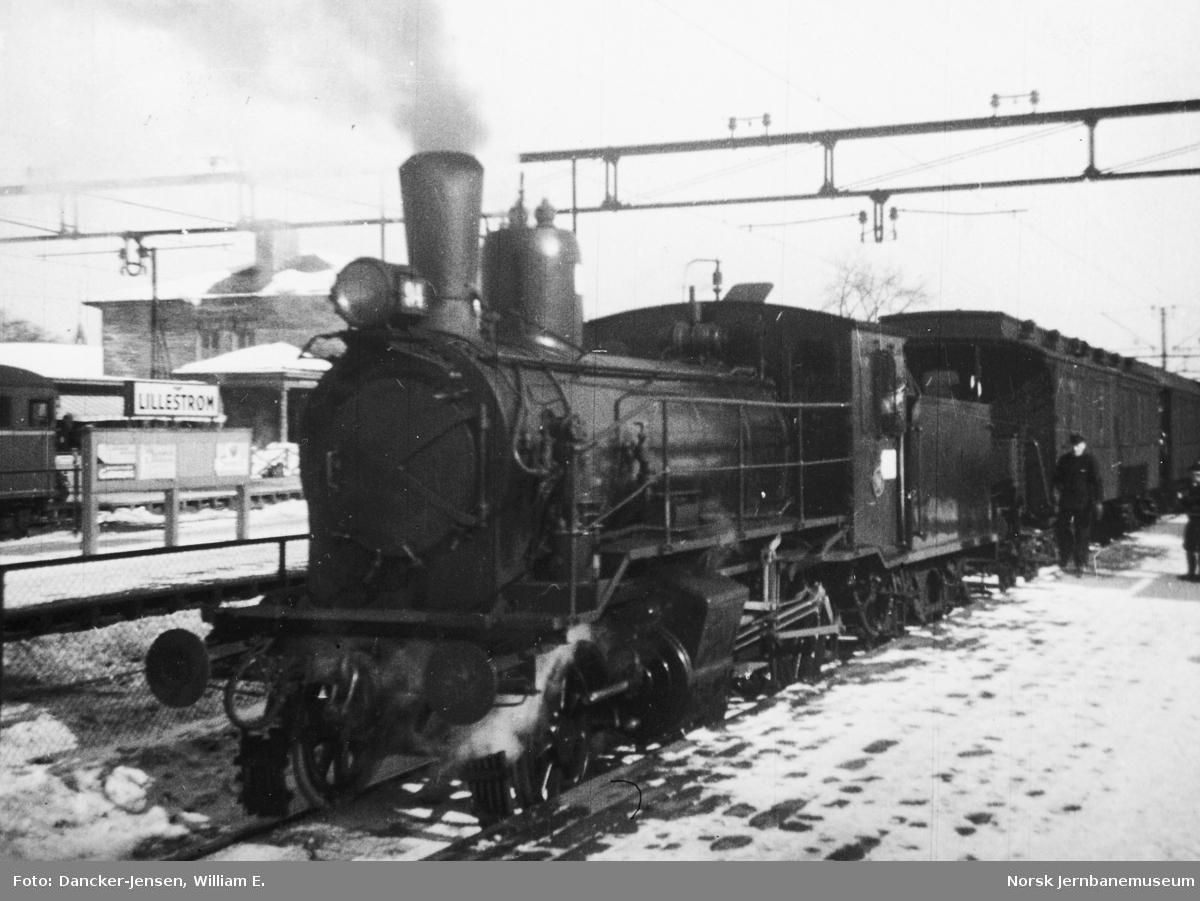 Damplokomotiv type 41a nr. 94 med persontog på Lillestrøm stasjon