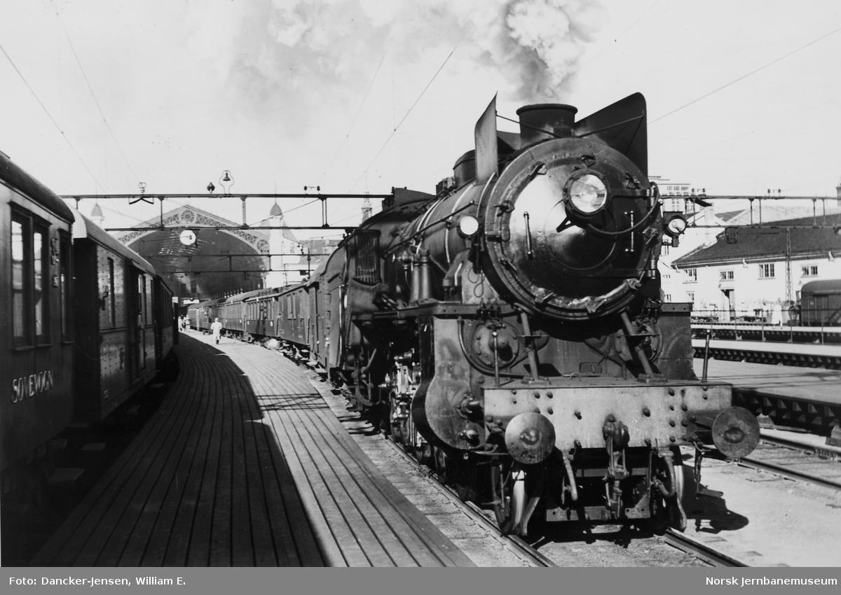Østbanen med Bergensbanens tog 601 med damplokomotiv type 31b
