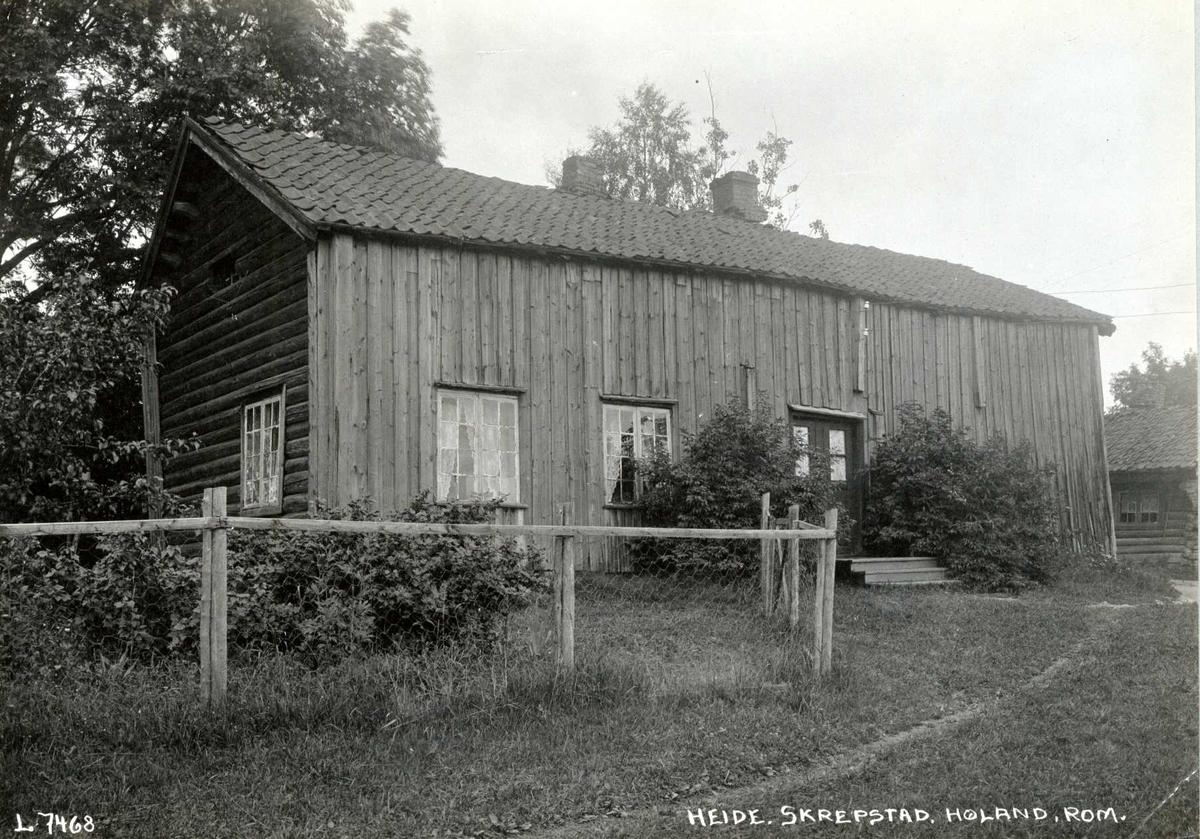 Heide, Skrepstad, Aurskog-Høland, Søndre Høland, Nedre Romerike, Akershus. Våningshus av tømmer, delvis panelt. Inngang og gjerde mot hagen.