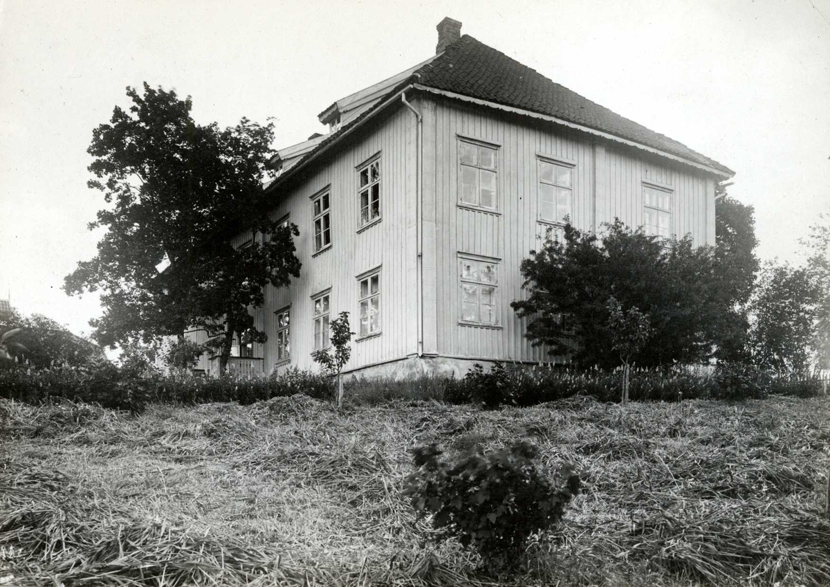 Nordli, Sørum, Nedre Romerike, Akershus. Hovedbygningen sett mot hagen.
