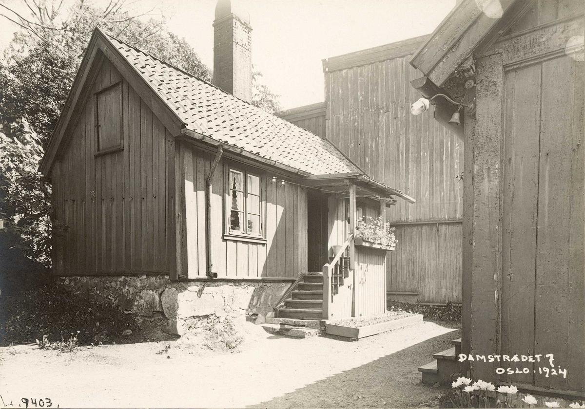 Lite hus i bakgården til Damstredet 7, Hammersborg, Oslo. 1924.