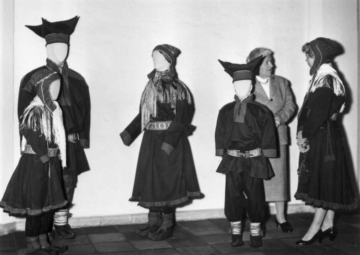 Ved åpningen av Samisk Avdeling 10. mai 1958. Gjester og utstillingsdukker i utstillingslokalene.