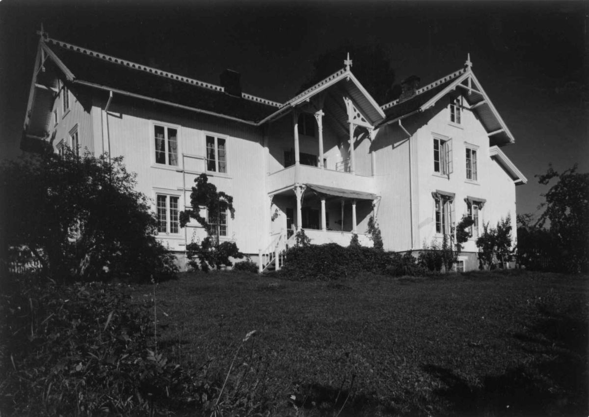 Helgeby, Nes, Ringsaker, Hedmark. Storgårdsundersøkelser ved dr. E. Engelstad 1957. Hovedbygningen sett fra hagen. Bygningen menes å være reist i 1730, ombygninger senest 1907.