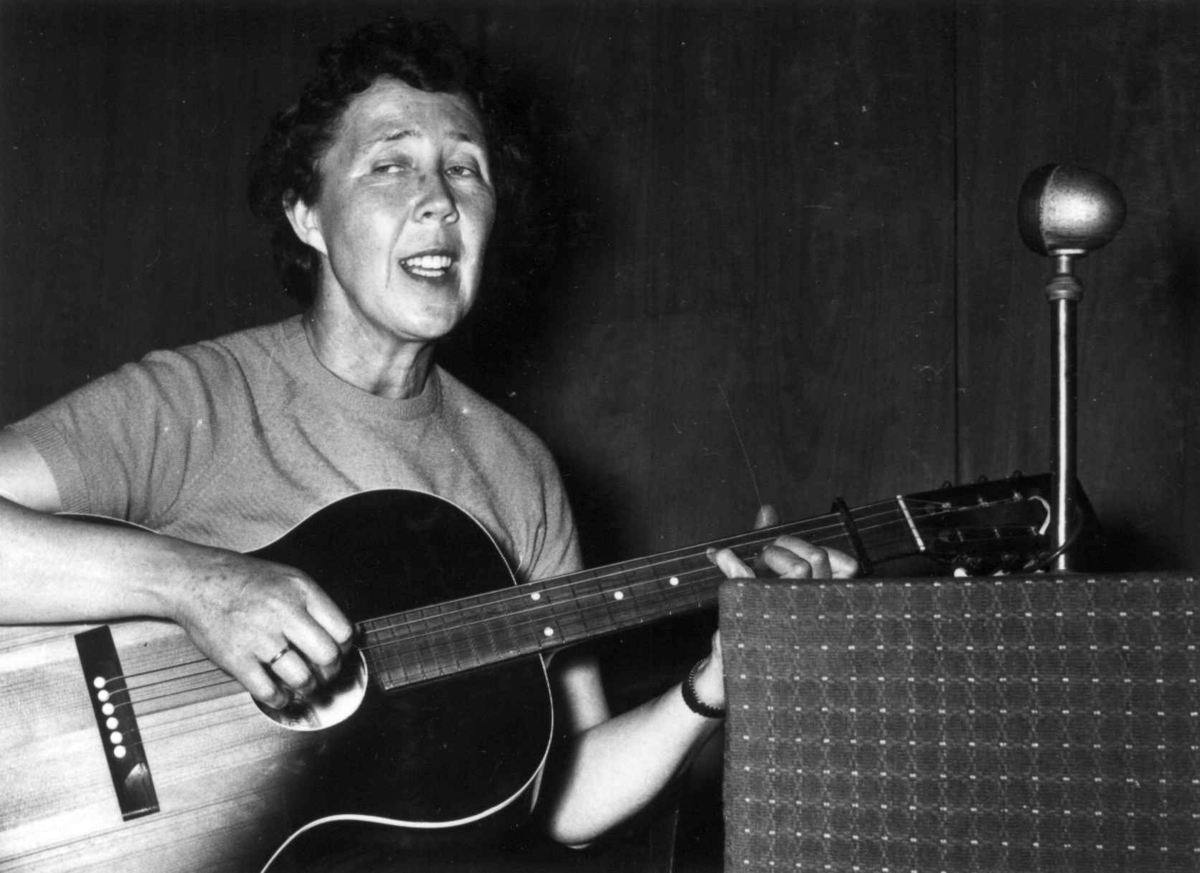 Kirsten Langbo underholder med dukketeater på Norsk Folkemuseum i 1959.